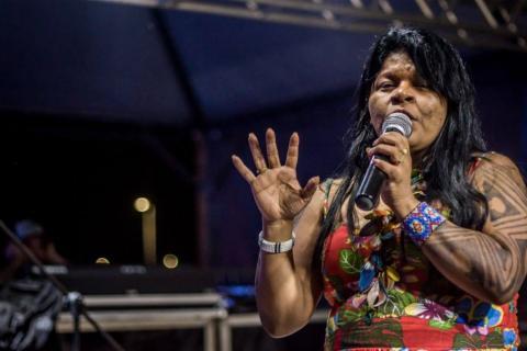 Sônia Guajajara, da APIB, participa do início das atividades do Acampamento Terra Livre. Foto: Mobilização Nacional Indígena