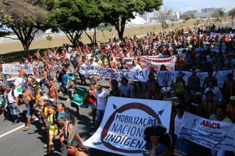 Marcha do 13º Acampamento Terra Livre, organizado na semana passada, em Brasília. Principal reinvindicação de mais de mil indígenas que estiveram na capital federal foi a continuidade das demarcações   Alan Azevedo - MNI